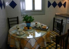 Mesa con desayuno en la cocina