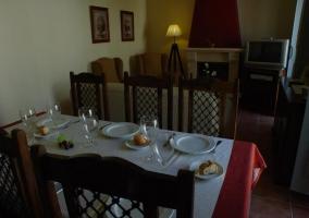 Mesa de comedor en sala de estar