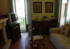 Sala con balcones y chimenea