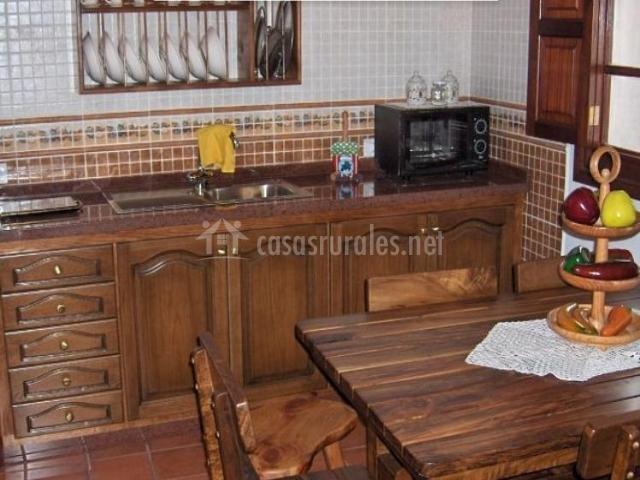 Cocina y mesa de comedor justo delante de la encimera