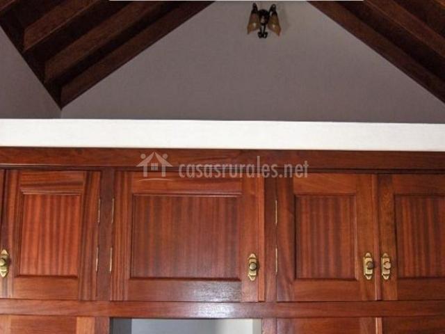 Dormitorio de matrimonio con detalle del altillo