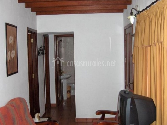 Sala de estar y vista del pasillo