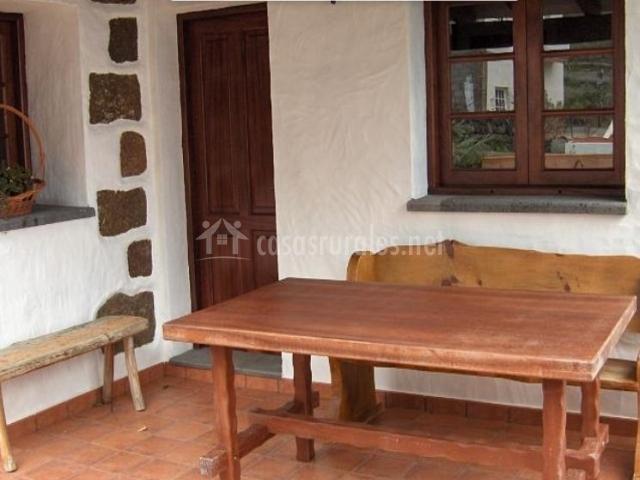 Vistas del porche de entrada con mesas y sillas