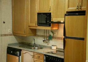 Cocina con horno y nevera