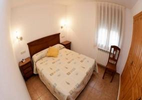 Habitación con cama de matrimonio y armarios empotrados