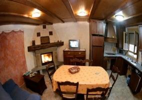 Salón-comedor cocina con sofá y mesa