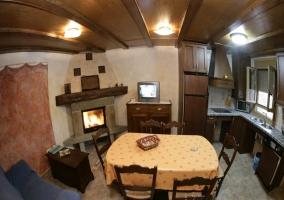 Salón-comedor cocina con televisión y chimenea