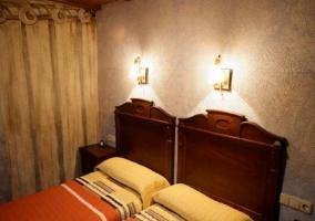 Dormitorio con camas individuales y cabeceros de madera