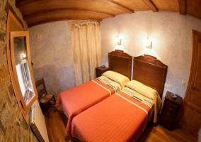 Dormitorio naranja con dos camas individuales
