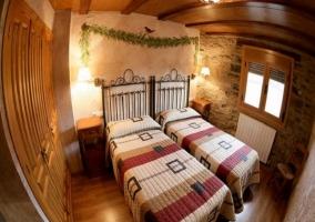 Dormitorio con dos camas individuales y cabeceros de hierro