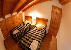 Dormitorio con dos camas individuales y armario empotrado