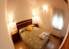 Habitación con cama de matrimonio y calefacción