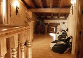 Sala de estar y comedor con la chimenea en una esquina
