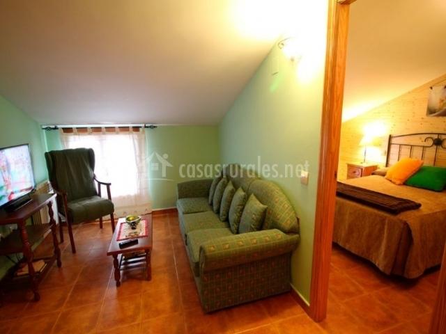 Jara sala de estar y comedor con vistas de un dormitorio