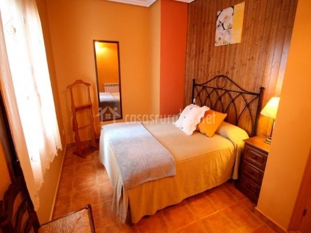 Madroño dormitorio de matrimonio con armario de madera