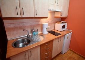 Durillo cocina en frente con armarios de madera