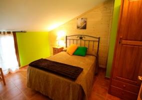 Jara dormitorio de matrimonio con armario de madera