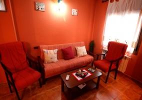 Madroño sala de estar en tonos naranjas y rojos
