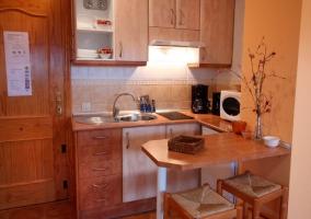 Peonia cocina con barra y banqueta