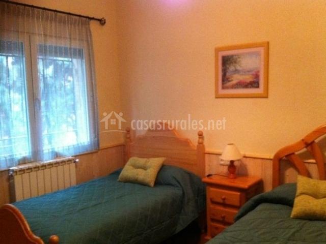 Dormitorio con dos camas y cabeceros de madera