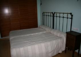 Dormitorio doble con cama de matrimonio y pared azul