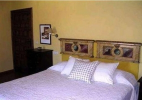 Dormitorio doble de la casa rural con mobiliario clásico
