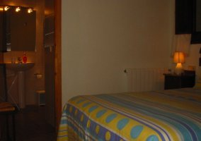 Dormitorio con aseo privado