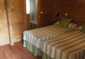 Dormitorio con dos camas y colchas de color verde