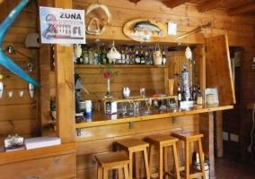 Recepción en madera con banquetas