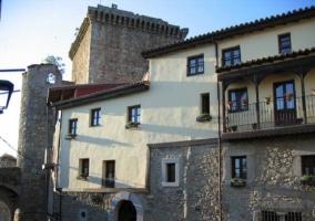 Fachada de piedra y balcón