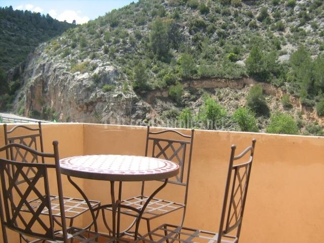 Mesa con sillas en la terraza