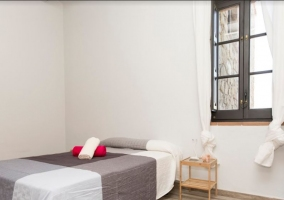 Dormitorio con mesilla de noche