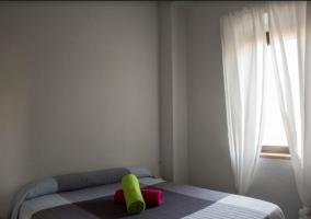 Dormitorio con amplia cama