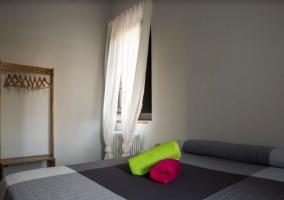 Dormitorio con juegos de toallas