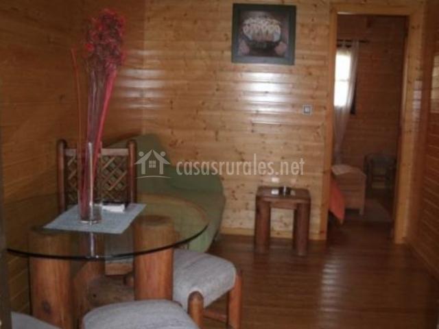 Salón de madera con mobiliario