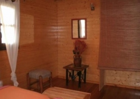 Parte del dormitorio con dos camas