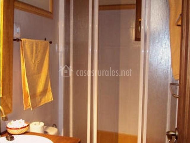 El cerezuelo i en navarredonda buitrago madrid for Cuartos de aseo con ducha