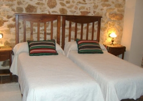 Dormitorio doble con pared empedrada