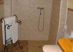 Baño adaptado a minusválidos