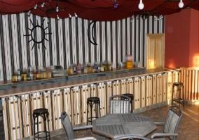 Bar con mesas y taburetes