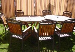 Jardín con mesas y sillas