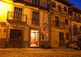 Fachada del edificio iluminado por la noche