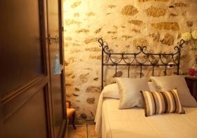 Armario del dormitorio y cama individual con mesilla