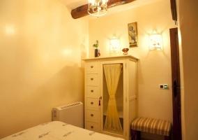 Armario en dormitorio con puerta y cajones