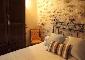 Cama individual de dormitorio doble con armario y silla naranja