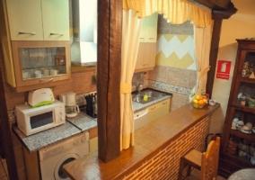 Cocina del alojamiento con barra americana y electrodomésticos