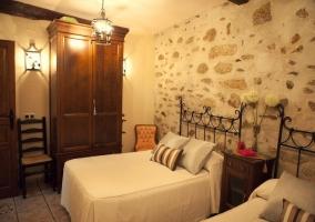 Dormitorio con armario de dos puertas y camas individuales