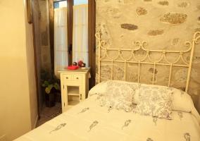 Dormitorio con cama de matrimonio y cabecero de barras blanco