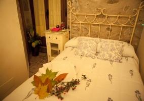 Dormitorio con cama de matrimonio y ventanal