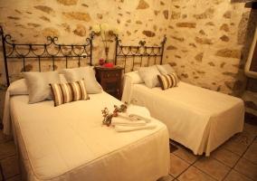 Dormitorio con dos camas y cabeceros de barras negros